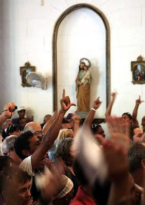 No enterro pedem liberdade.  Fora da igreja a polícia prendeu dezenas de pessoas.