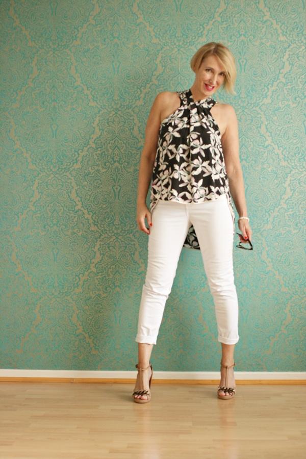 Weiße Jeans mit sommerlicher Bluse