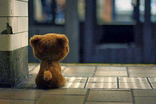 Cansei de olhar a porta...Ela nunca mais abrirá pro meu amor passar.
