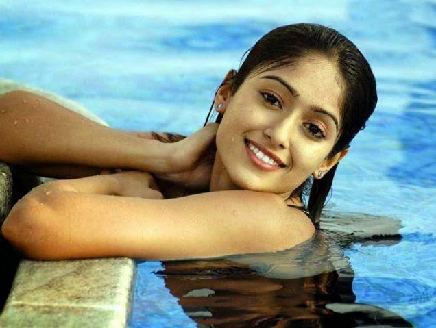 Bollywood Actress Huma qureshi hot pose without cloth