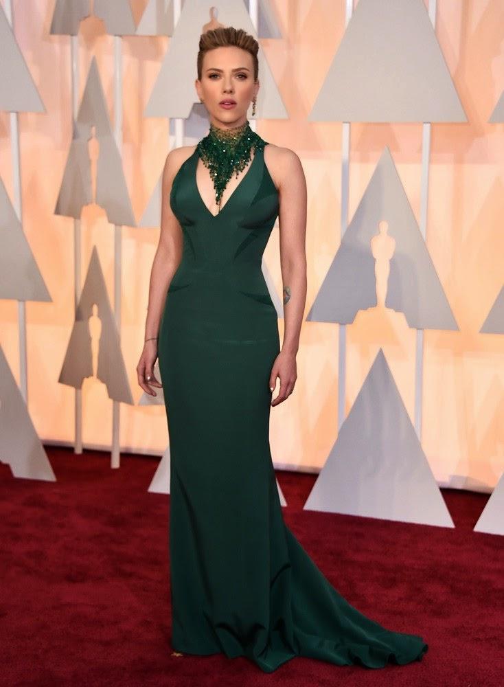 Sonar con vestido verde esmeralda