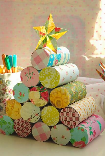 Árbol de Navidad con rollos de papel higiénico en Recicla Inventa