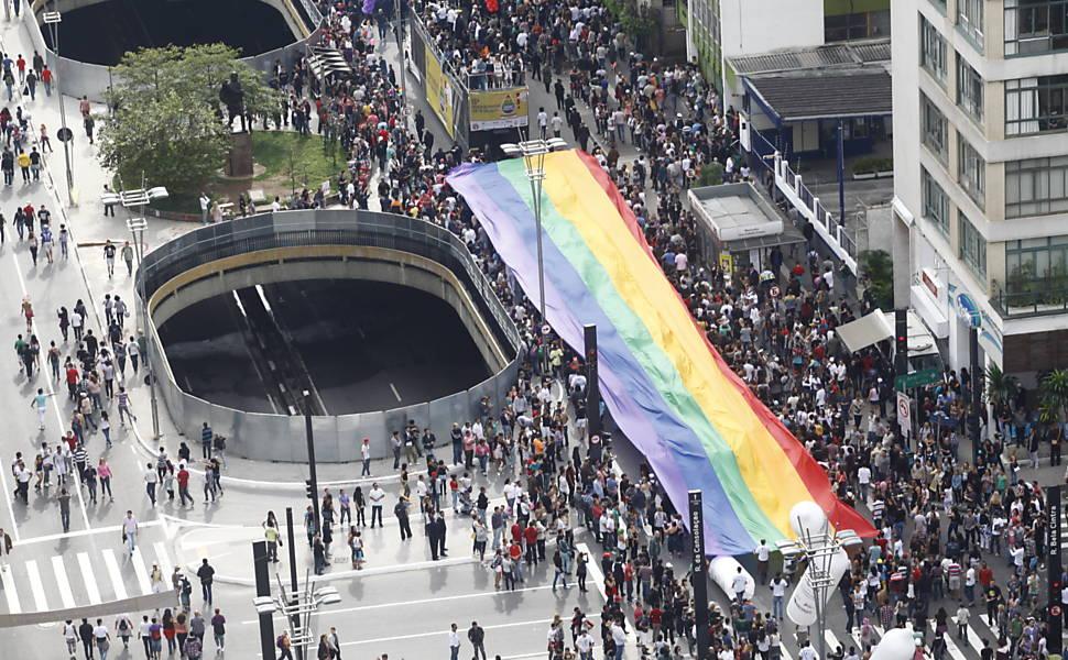 """Avenida Paulista (centro de SP) recebe público da Parada, neste ano o tema é """"Homofobia tem cura: educação e criminalização! (Foto: Joel Silva)"""