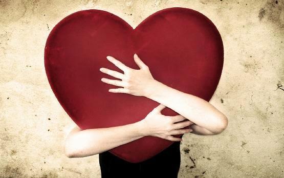 علامات اعجاب وحب الشاب للفتاة - رجل يحضن يحتضن قلب - man hugging heart soft love