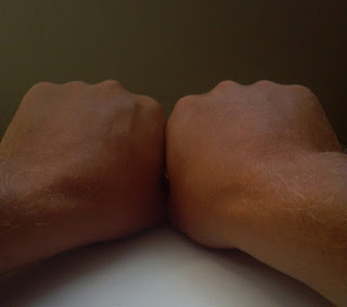 two fists with knuckles aligned for use in knowing the number of days in each month