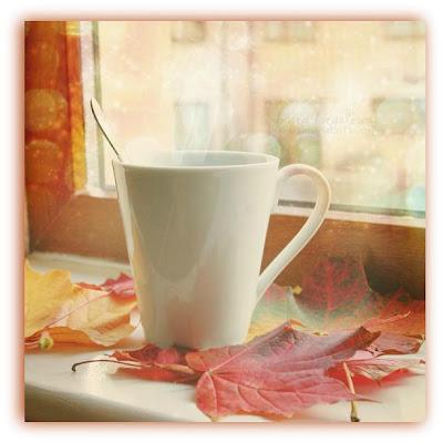 Imagem de caneca de chá e folhas com cor de outono