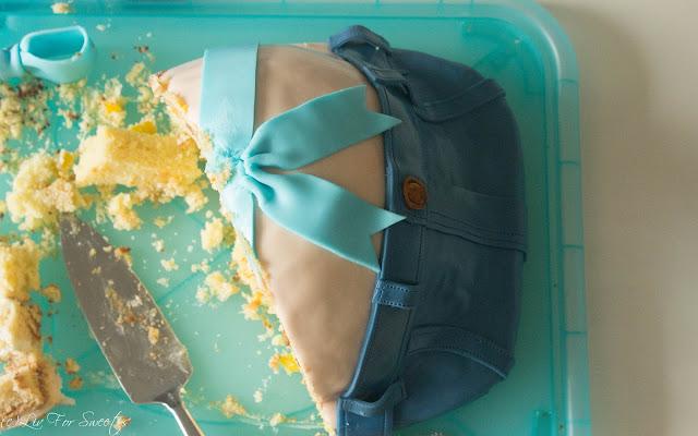 Schlaufe, Bow, Baby Belly Cake, Prengant Belly Cake, Babybelly, Pregnantbelly, Cake, Jeans aus Fondant, T-Shirt, Shirt, Hose, Schwangere, Fondant, Schokosahne, Fantakuchen, Pfirsich-Schmand, Ikea, Blanda, Metallschüssel