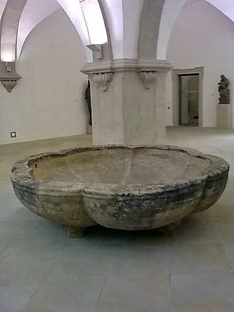 Brunnenbecken aus dem Peterskloster