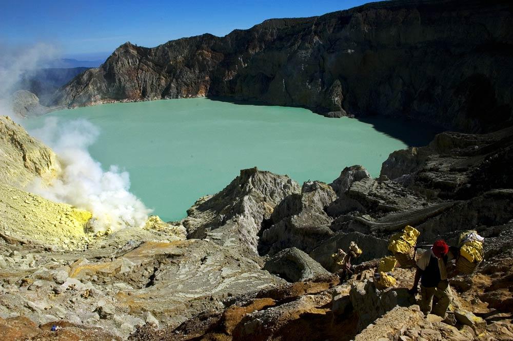 gunung ijen adalah gunung berapi aktif yang terletak di daerah kabupaten banyuwangi jawa timur indonesia ini berada pada ketinggian 2 443 m dan