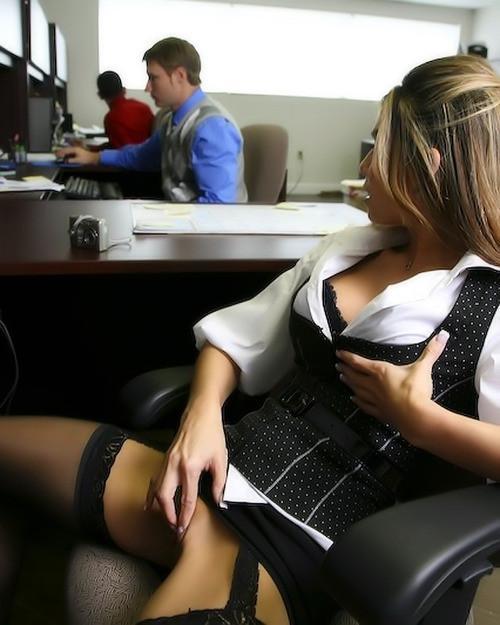 секретаршу раздели в публичном месте-фото