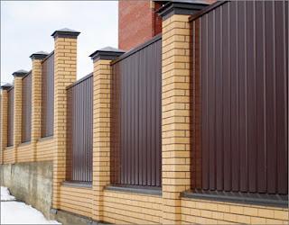 Забор из профлиста с кирпичными столбами. Фото 17