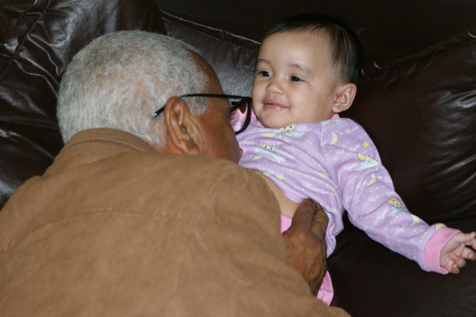 Abuelo con nieta