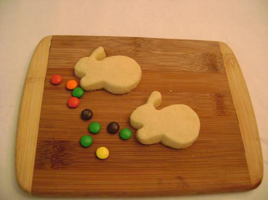 preparando a Páscoa ....coelhinhos de biscoito