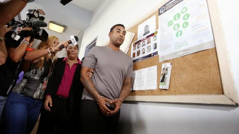 Don Omar enfrenta cargos por ley de armas, maltrato y amenaza El reguetonero sale libre bajo fianza y con grillete