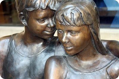 Estatua pareja de niños