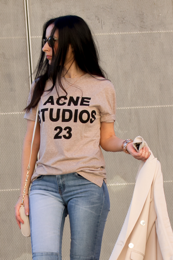 Look con jeans y camiseta rosa ACNE
