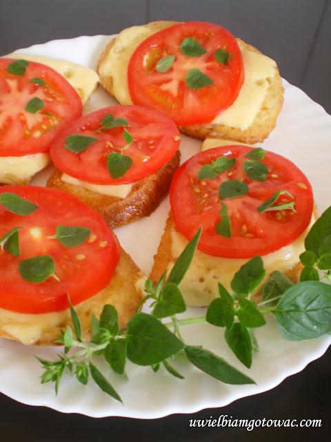 Grzanki z serem żółtym i pomidorem