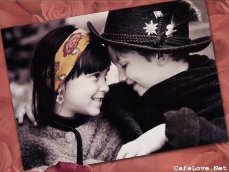Hình ảnh trẻ thơ ôm hôn ngộ nghĩnh