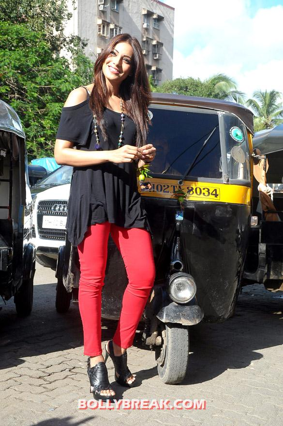 Bipasha Basu promoting raaz 3 with auto rickshaw drivers - (4) - Hot Bipasha Basu promotes 'Raaz 3' with Auto Rickshaw Drivers