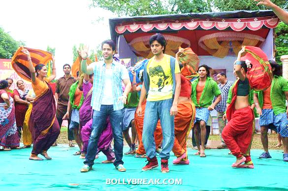 Tusshar Kapoor, Riteish Deshmukh - (12) - Riteish & Tusshar on the sets of 'Pavitra Rishta'