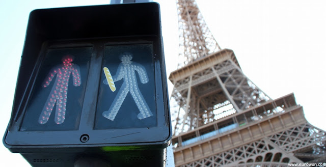 Semáforo delante de la Torre Eiffel