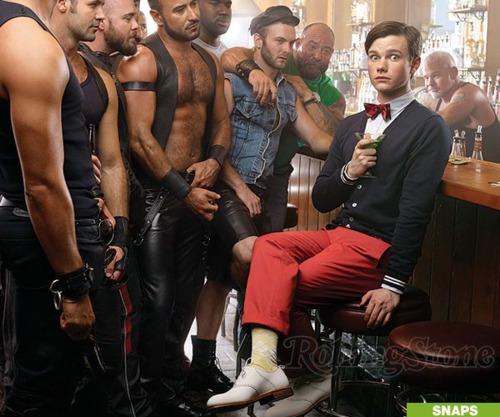 Гламурный гей с серьгами в ушах трогает елдак