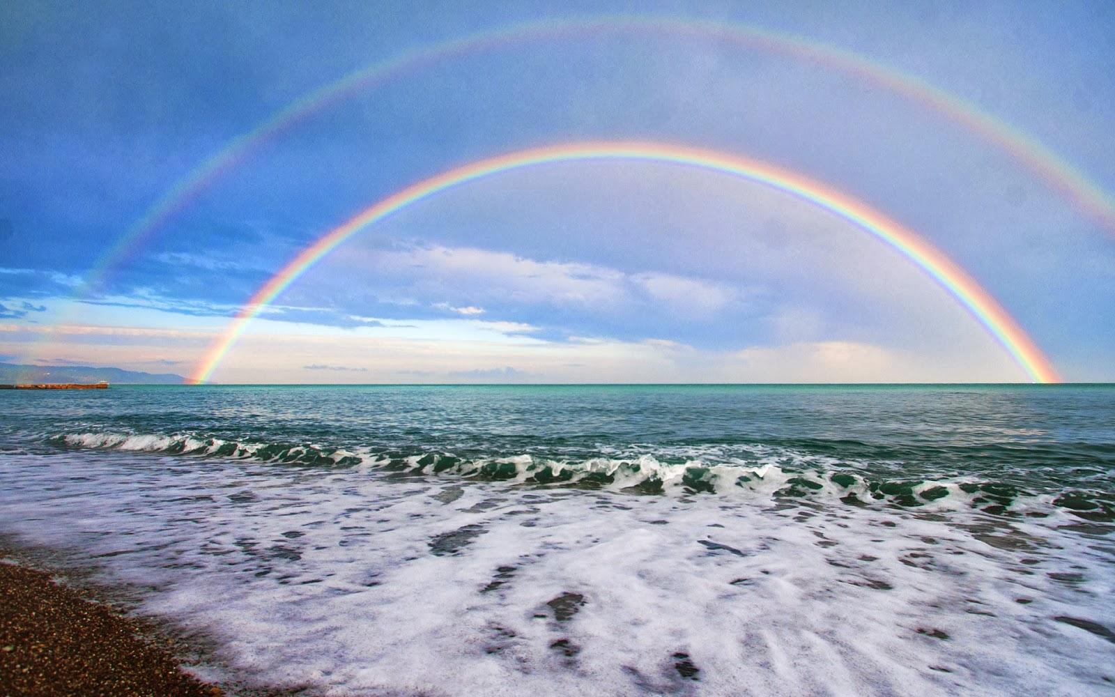 Foto dubbele regenboog boven zee : Bureaublad Achtergronden