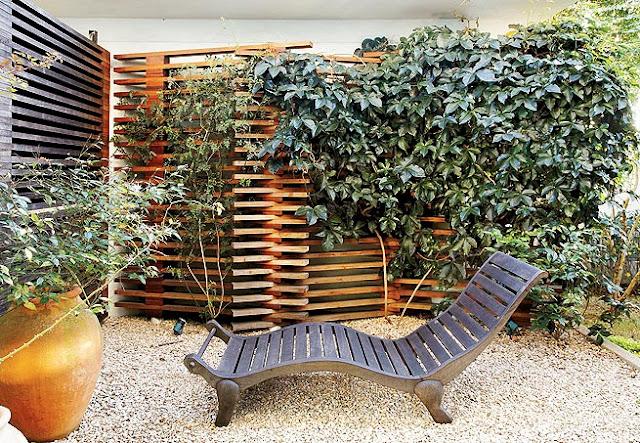 trelica jardim vertical:Treliças ajudam a aumentar o espaço livre da varanda. Além de