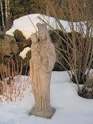 min fina staty i trädgården =)