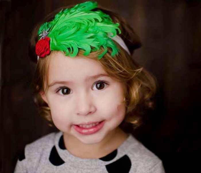 Gambar bayi perempuan cantik pakai bandana bunga warna merah hijau