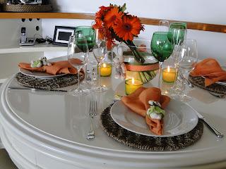 porta guardanapos de coelho, souplast rústico, arranjo coral, velas