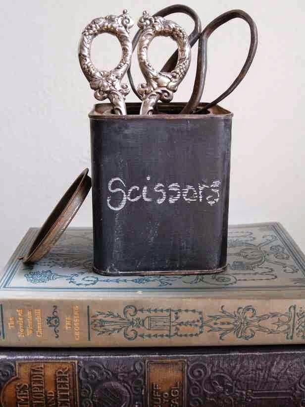 Nożyce ze srebrnym uchwytem, pudełko pomalowane farbą tablicową, farba tablicowa