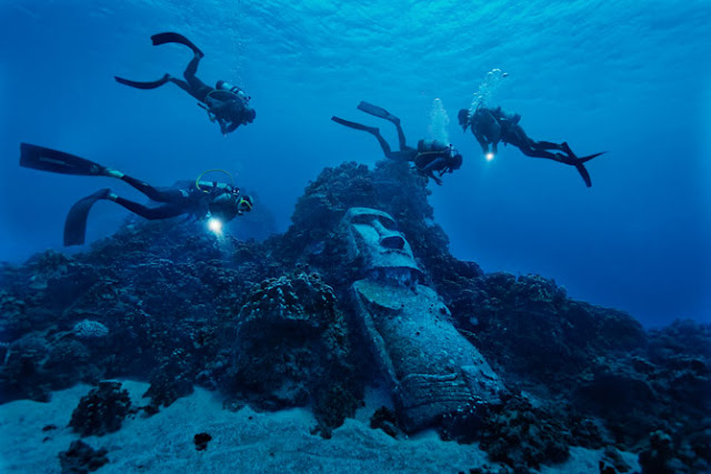 05 tourist divers encounter fake moai 670   2 :         