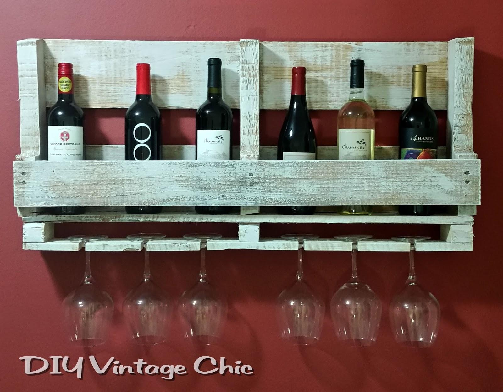 Diy vintage chic pallet wine rack for Pallet wine bar