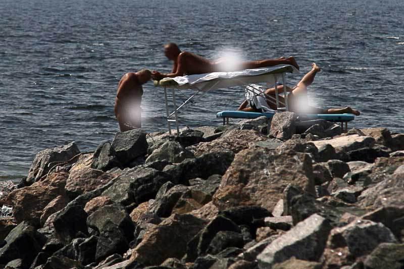 Нудисты дрочат на пляже друг другу смотрите онлайн