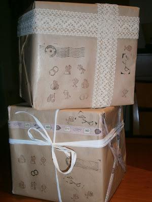 Envolver regalos para una boda con papel kraft, sellos y washi tape