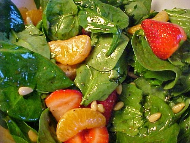 Salade d'épinards, de fraises et clémentines à la délicieuse vinaigrette
