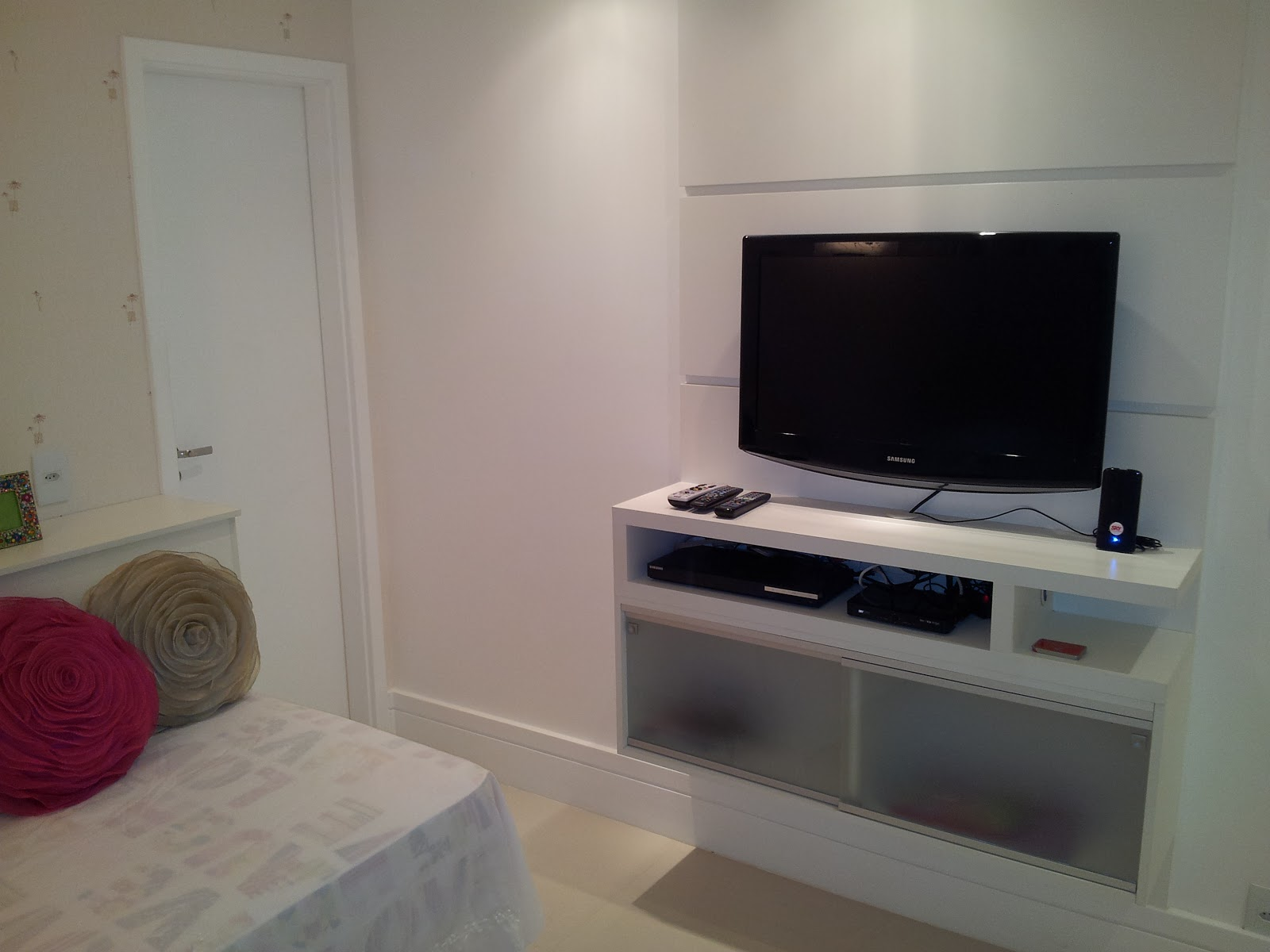 rack para tv é flutuante e tem espaço para video game livros e  #5B3E3C 1600 1200