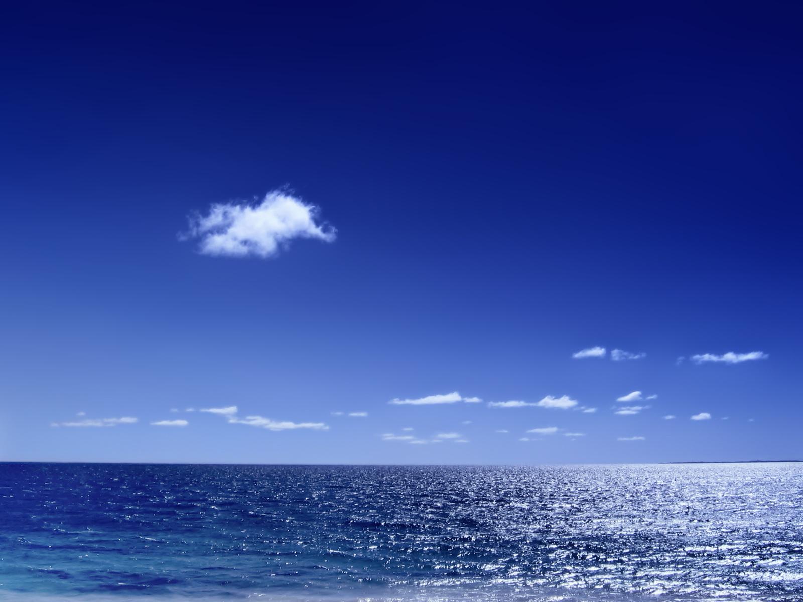 Foto de mar azul y cielo azul