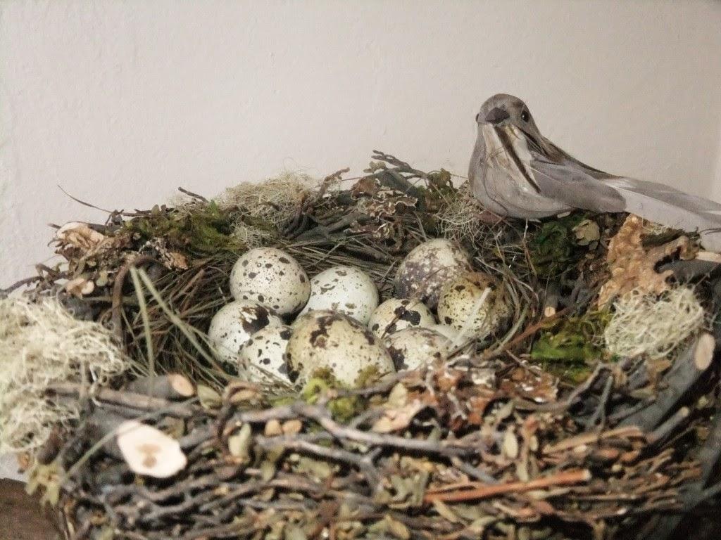 Vogel im Nest mit Eiern-Osterdeko