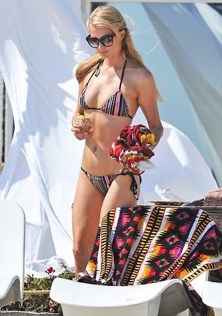 Paris Hilton relaxes beach-side with Crumbs