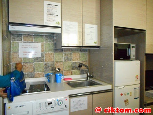 Dapur mini provide stove, sinki, washing machine, microwave, kabinet, dan peti sejuk