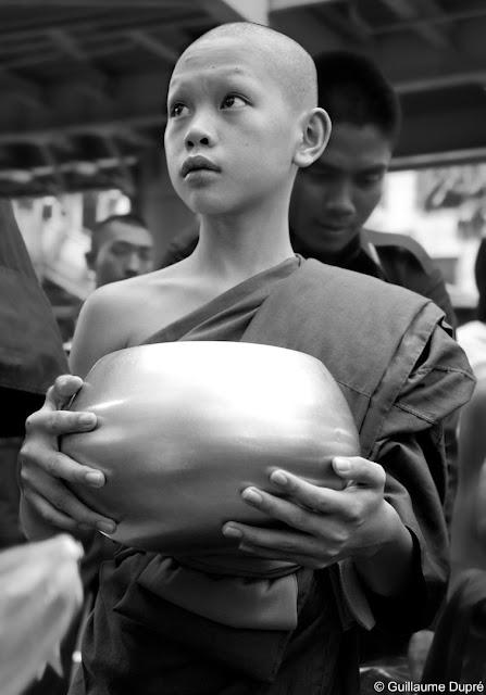 Jeune moine buddhiste faisant la quête.