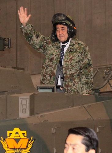 安倍総理、迷彩服を着て戦車に乗った画像