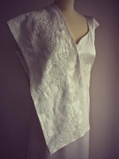 Robe de mariée et son étole par couturière sur mesure à Versailles