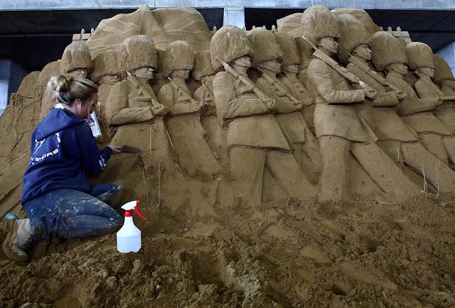 Soldados marchando hechos con arena