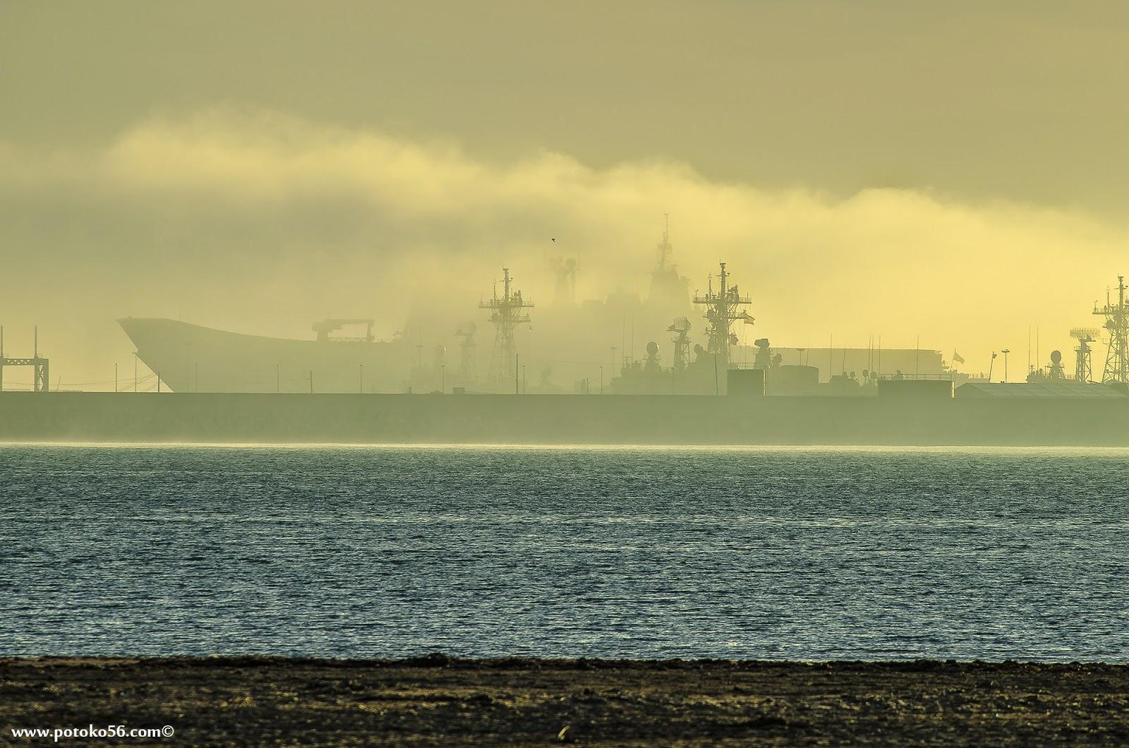 Porta-aeronaves Juan Carlos I en el muelle de la Base Naval de Rota entre la niebla