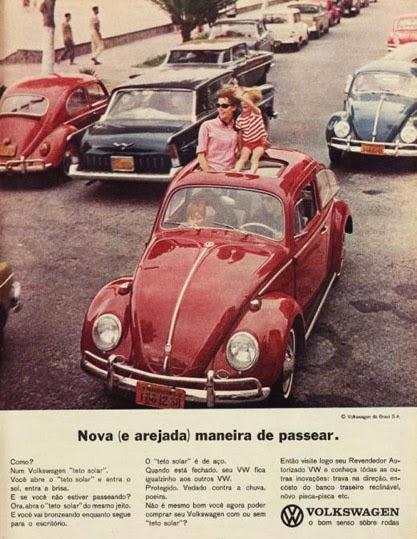 Propaganda do Fusca Conversível nos anos 60: criança no teto do carro sem nenhuma proteção.