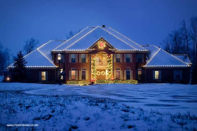 Mansión decorada por fuera con luces de Navidad