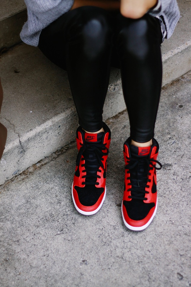 Nike Dunks women, Nike Dunks Black and red, J.crew ootd, zara ootd, Ray-ban mirror,